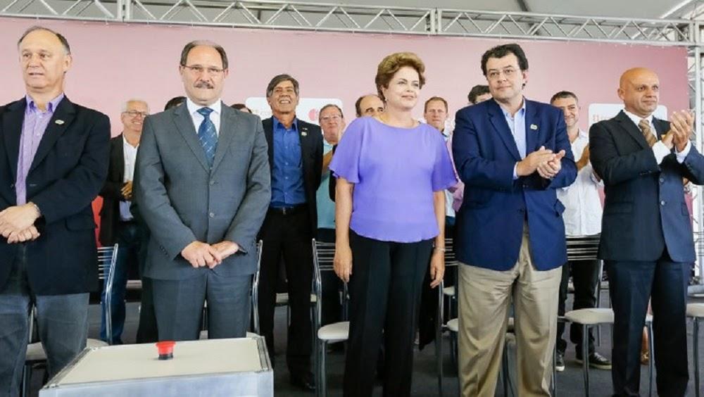 Dilma é recebida sob protestos no RS e imprensa é proibida de registrar