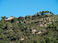 El Montpedrós amb l'ermita de Sant Antoni Abat vist des de molt a prop de la Plaça de les Bruixes