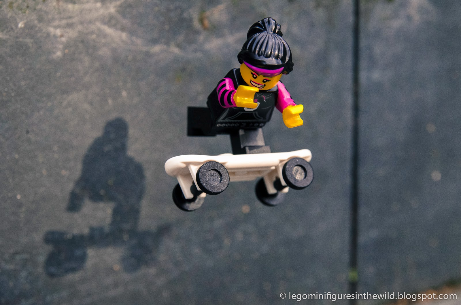 Lego Minifigure Series 6 Skater Girl - Wallpaper