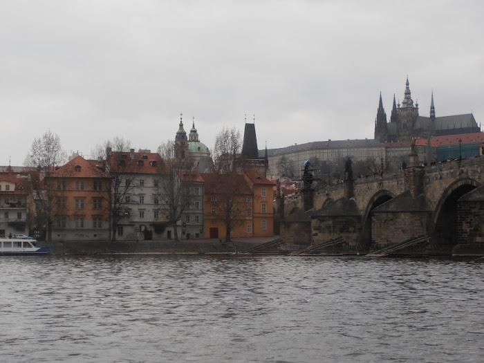 Rive de Mala Strana et pont Charles vus de la Vltava
