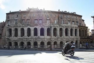 Sscooter che passa davanti al Teatro Marcello