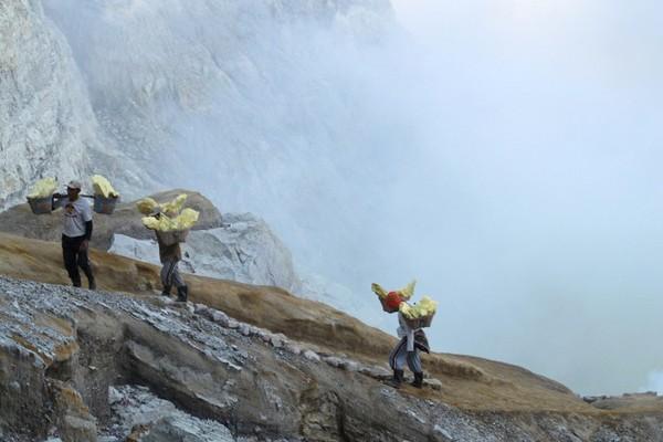 Penambang belerang Kawah Ijen Banyuwangi.