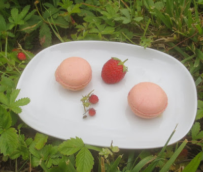 Erdbeer-Macarons mit weißer Erdbeer-Ganache