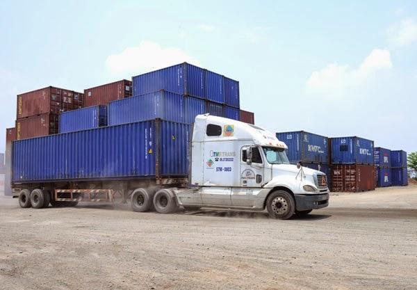 """Xe chở container bị """"bó chân"""""""