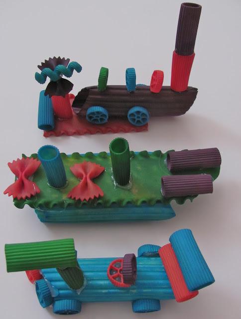 Tres vehículos creados con pasta de diferentes tamaños.
