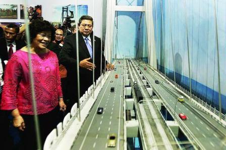 Presiden SBY Melihat Maket Jembatan Selat Sunda