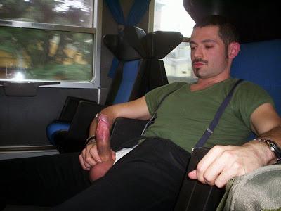 Hombres masturbandose en tren