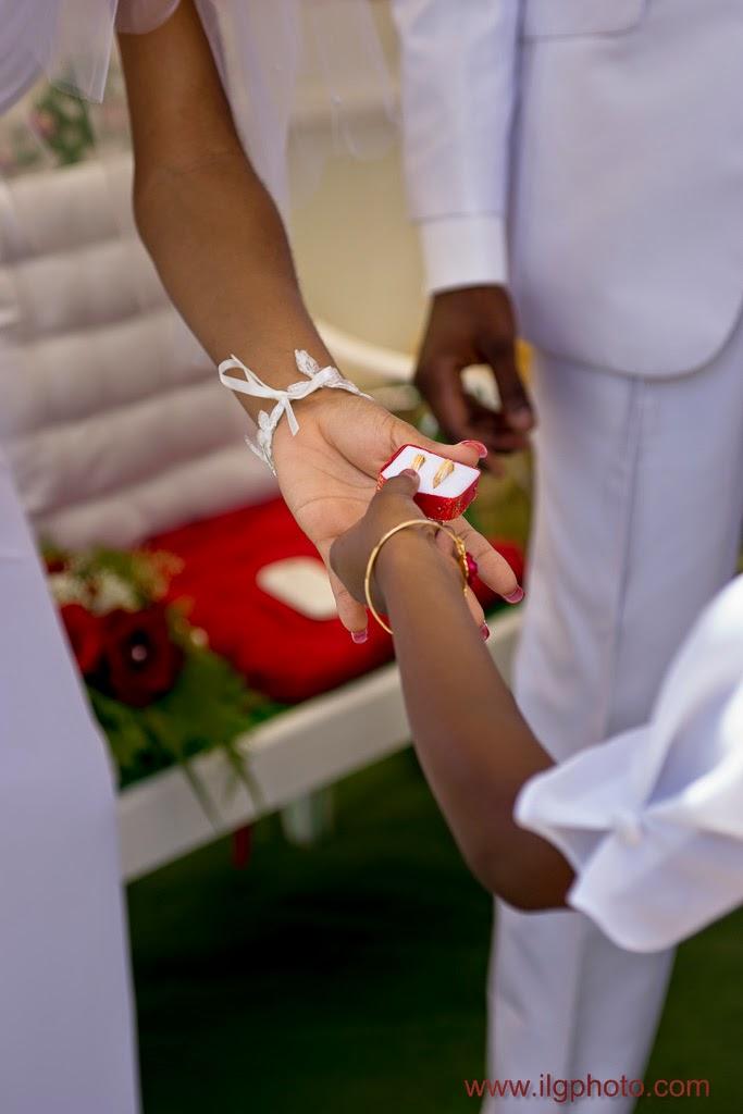 une petite fille tend les anneaux à la mariée