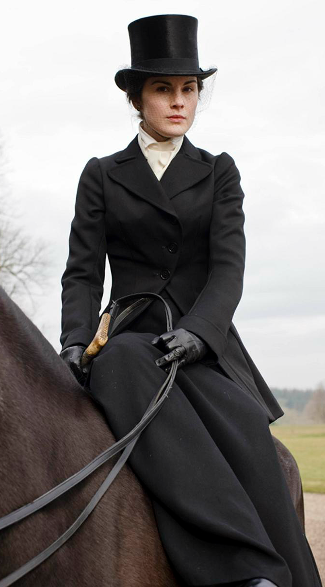 lady mary crawley di downton abbey outfit a cavallo