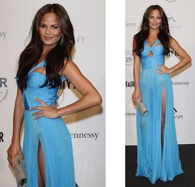 vestido azul com transparência, decote revelador e fenda na perna