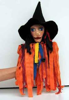 Marionete de bruxinha de papel machê de jornal reciclado
