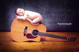 Gambar bayi lucu dan cute tidur di atas gitar