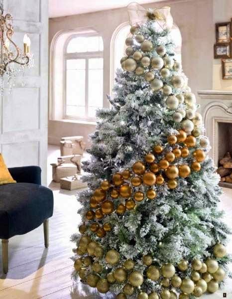 la nica decoracin es una linea de bolas en diferentes tonos dorados que deja claro de quien es el