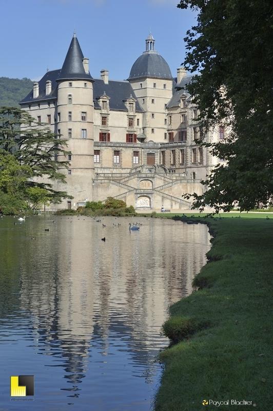 reflet du château de Vizille dans le grand bassin photo  blachier pascal