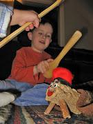. al Tió, para conseguir que el tronco cágue unos regalos, consistentes en .
