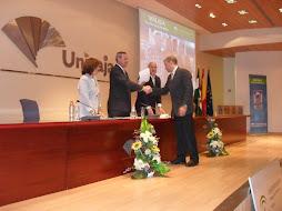 El Consejero de Educación hace entrega de su reconocimiento al profesor Jesús Miguel Relinque Mota.