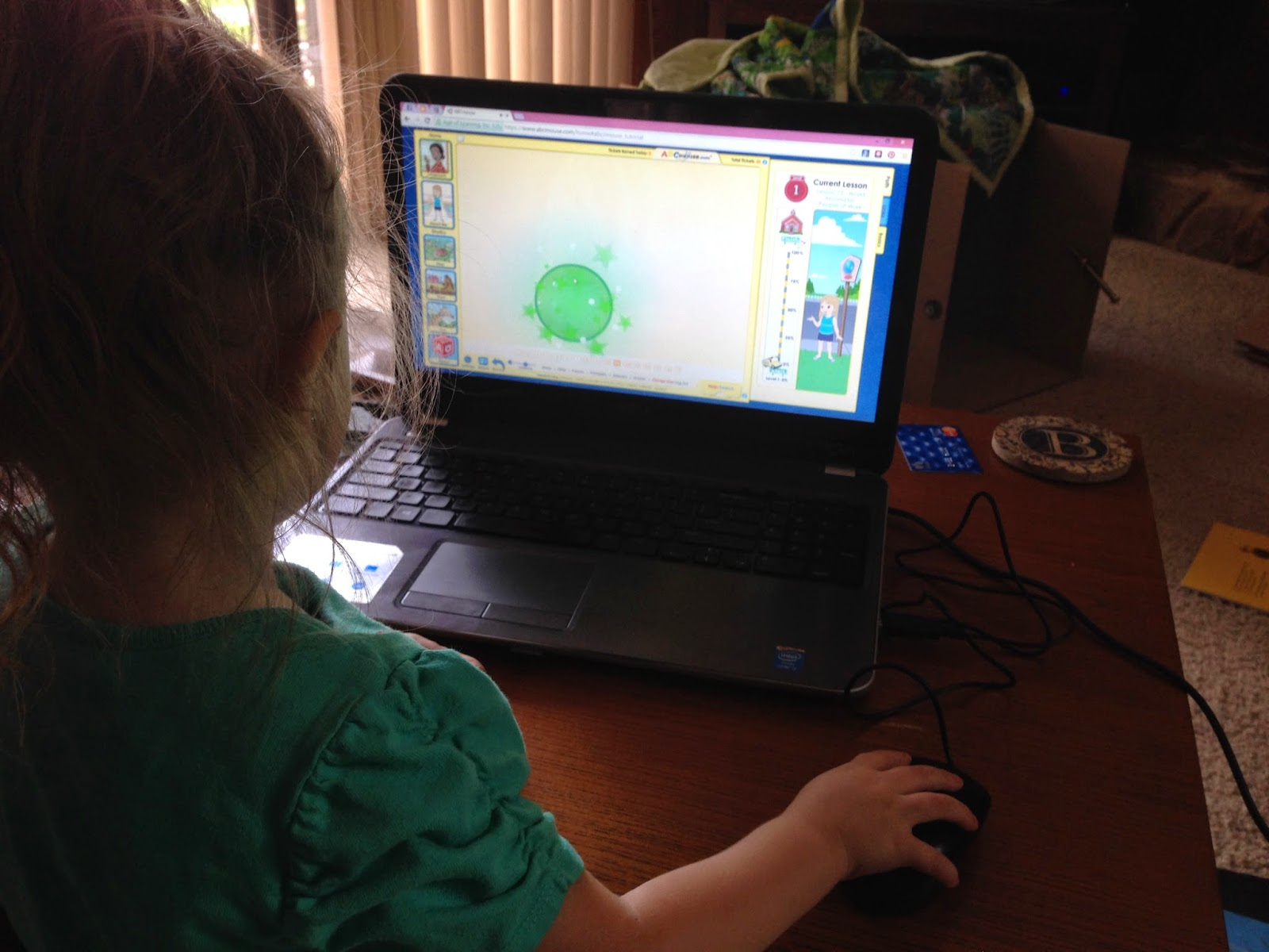 toddler learns to use mouse on abcmouse.com