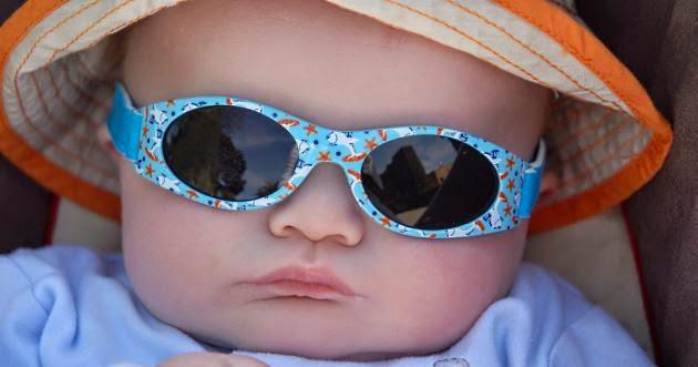 Foto keren bayi lucu memakai kacamata biru