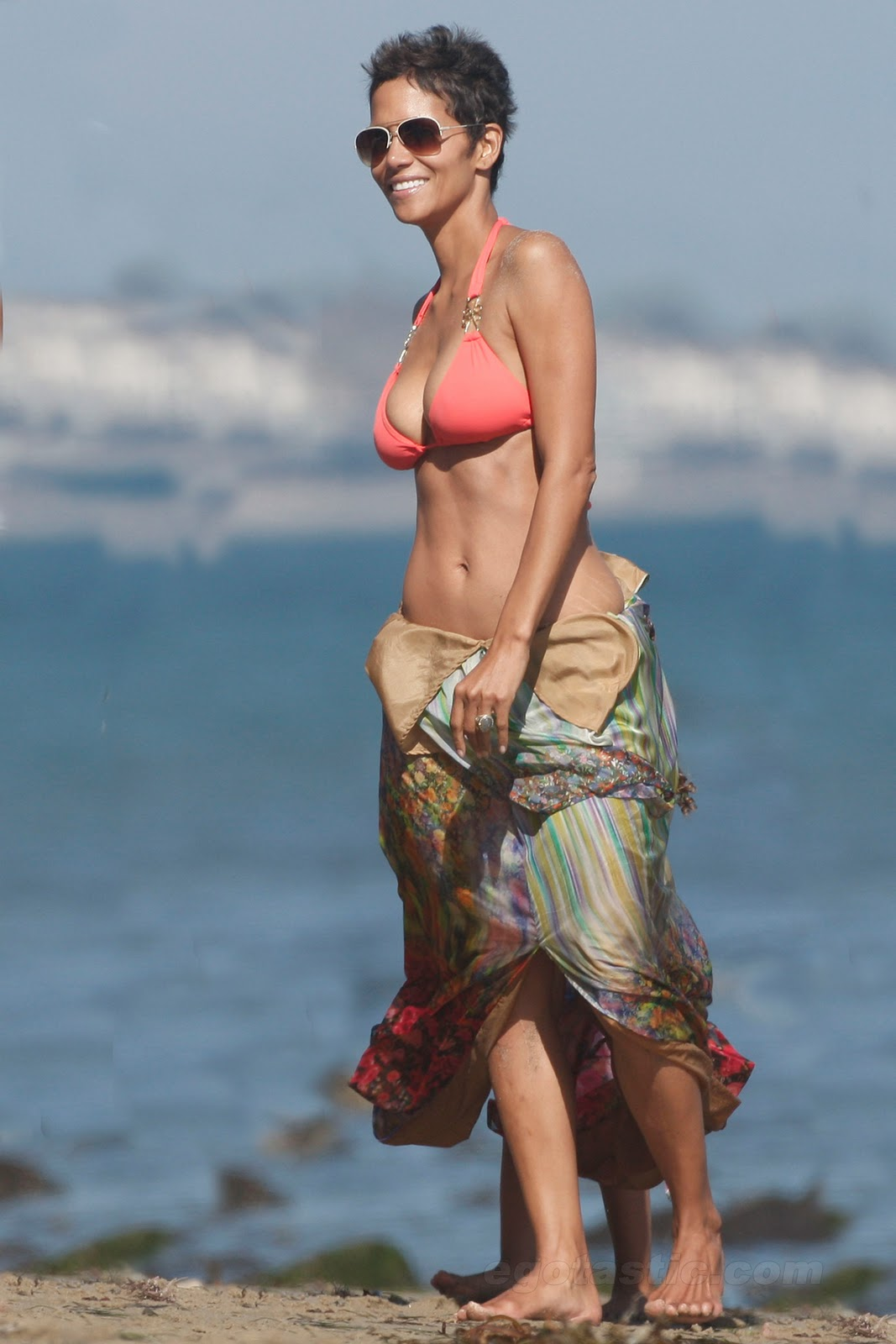 http://2.bp.blogspot.com/-hDD5ldbLNyA/ToSetW5K5kI/AAAAAAAAAdk/sMqQt0DDdqM/s1600/halle-berry-bikini-birthday-malibu-06.jpg