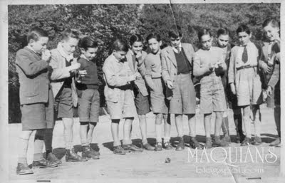 Jugando al trompo en Jesuitas Vigo año 1953