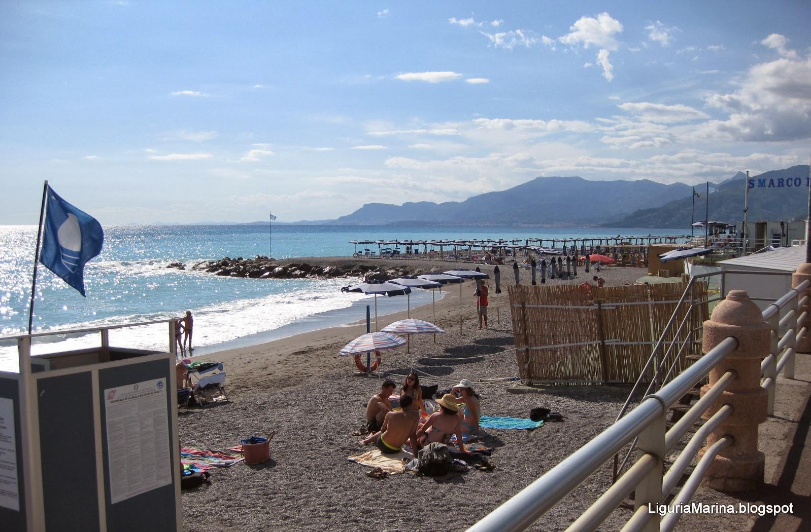 Bagni Paloma Bordighera : gruppo di ragazzi sulla spiaggia di ...