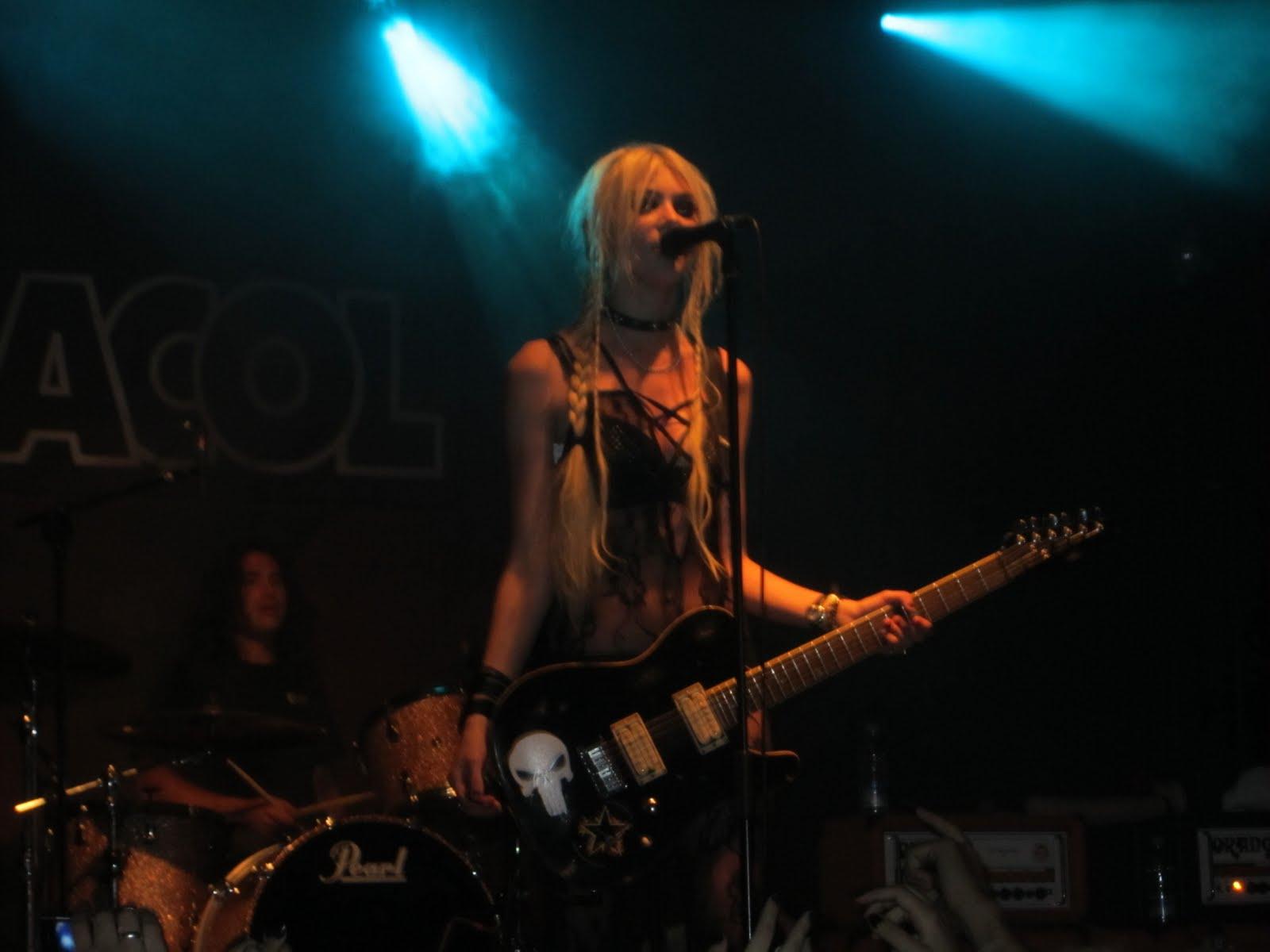 http://2.bp.blogspot.com/-hEkdG7QPF1c/Thg70HwFyuI/AAAAAAAAAhI/aV0NlydT_Lw/s1600/Taylor+Momsen+Sala+Caracol.JPG