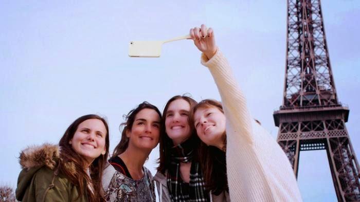 Mengapa Gaya Tongsis Kameranya di Atas Melulu? Padahal Tidak Bikin Cantik atau Ganteng