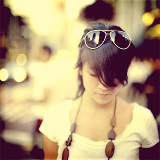 Efeito de Fotoshop em uma imagem de uma mulher andando na rua