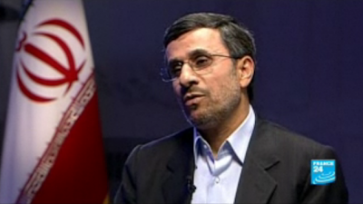 """El presidente de Irán, Mahmoud Ahmadinejad, se enorgullecía públicamente el jueves por las muertes de israelíes en un atentado terrorista en Bulgaria, y dio a entender que Irán era responsable del ataque.  Después de horas hablando de Israel , Benjamin Netanyahu, primer ministro había culpado públicamente el bombardeo el miércoles en el aeropuerto de Burgas de Bulgaria en el """"Hezbolá, dirigido por Irán"""", Ahmadineyad describió el ataque como """"una respuesta"""" a """"golpes israelíes contra Irán.""""  """"Los enemigos acérrimos del pueblo iraní y la revolución islámica han reclutado a la mayoría de sus fuerzas con el fin de hacernos daño"""", dijo en un discurso publicado por el Canal 2 de Israel TV. """"Ellos han hecho logrado infligir golpes sobre nosotros más de una vez, pero han sido recompensados con una respuesta mucho más fuerte.""""  Y agregó: """"El enemigo cree que puede lograr sus objetivos en una lucha de largo y persistente contra el pueblo iraní, pero al final no lo hará. Estamos trabajando para asegurarse de que. """"  El discurso de Ahmadinejad fue interpretado en Israel como la afirmación de que el bombardeo de Burgas fue un ataque en venganza por el asesinato de científicos nucleares iraníes, para lo cual Irán ha culpado repetidamente a Israel.  Sus declaraciones contrastan con una condena por el atentado de Burgas por el Ministerio iraní de Asuntos Exteriores el jueves.  """"La república islámica, la mayor víctima del terrorismo, cree que el terrorismo pone en peligro las vidas de los inocentes es inhumano ... y así condena enérgicamente"""" que, el canal de televisión árabe Al-Alam, citado portavoz de la cancillería, Ramin Mehmanparast, según el diario. """"La posición de Irán es condenar todos los actos terroristas en el mundo"""", agregó.  Temprano en el día, la televisión estatal de Irán rechazó las acusaciones de la implicación de Teherán en el ataque.  Un comentario en el sitio web de televisión llamado las afirmaciones de Netanyahu y otros """"ridículo"""" y """"sensacional"""".  El sitio web"""