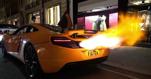 McLaren 12C Tir énormes Flammes