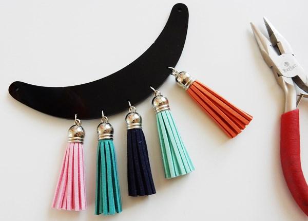 DIY : collier plastron à pompons