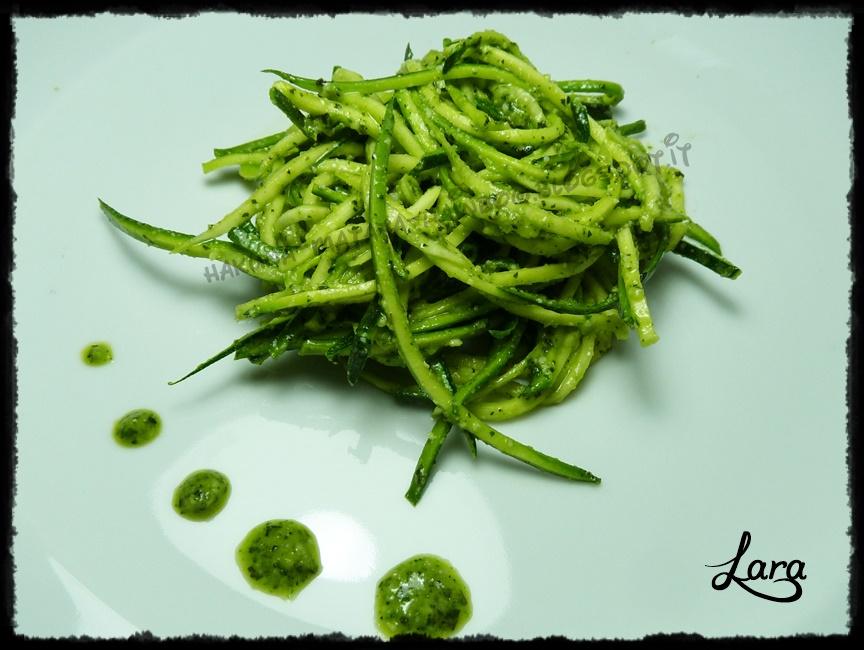 http://hakuna-matata-rainbow.blogspot.it/2014/07/spaghetti-di-zucchine-crude-con-pesto.html