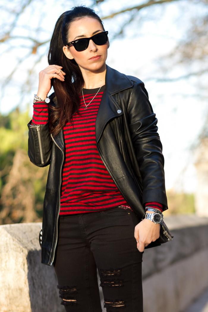 Look cómodo estilo casual rock con camiseta de rayas roja y negra y maxi chaqueta perfecto de cuero de Zara