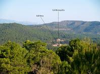 Les masies de Cal Becs i Cal Blanquillo des de la Creu del Borni
