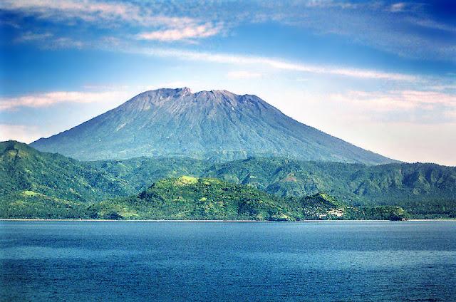 http://2.bp.blogspot.com/-hGhNMTImmo0/T479WfTYfvI/AAAAAAAAALA/GhfSRTlgTyA/s1600/gunung-agung-volcano.jpg