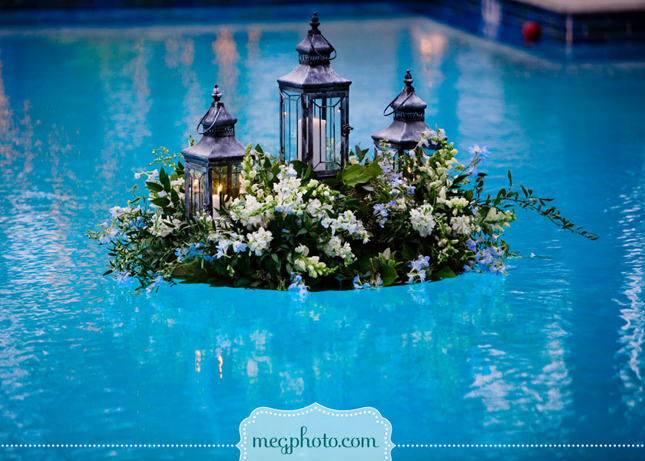 Gorgeous pool decorations for weddings belle the magazine for Floating candles swimming pool wedding