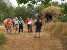 Els caminadors amb la barraca del Serrat del Moro