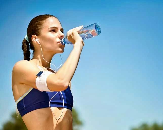 garota fitness bebendo água