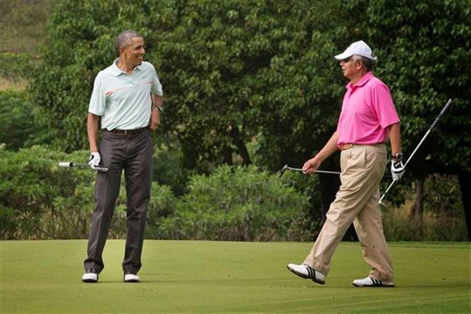 Primer ministro malayo jugando golf con el presidente Barack Obama en Hawai mientras su país sufre graves inundaciones
