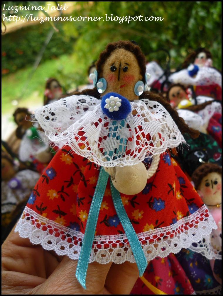 Este modelo también tiene su carita de fieltro pintada y bordada a mano, cabello de fieltro y lanas acrílicas. Tembleques de lentejuelas a colores y