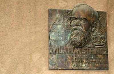 Placa dedicada a Wilhelm Steinitz en la ciudad de Praga