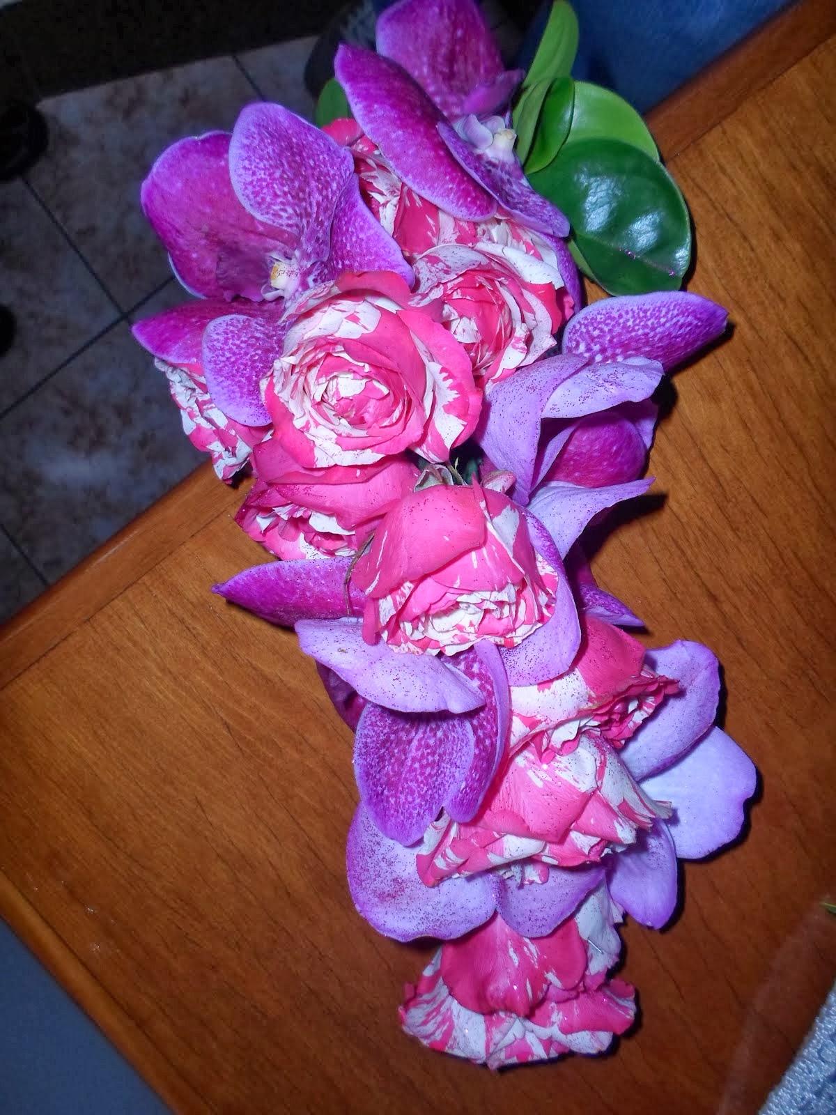 Bouquet cascata de rosas com orquidea