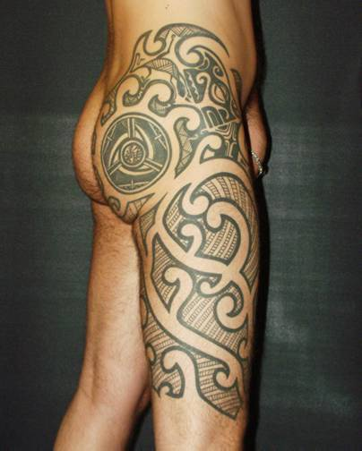 Tribal leg tattoo with circle on buttock