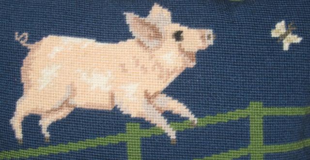 Detalle Cojín de medio punto con cerdo saltando