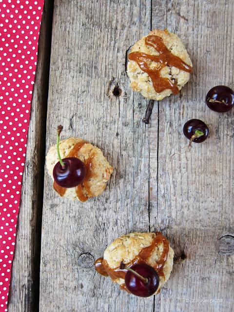 Sós-karamellás Anzac kekszgolyó meggyel