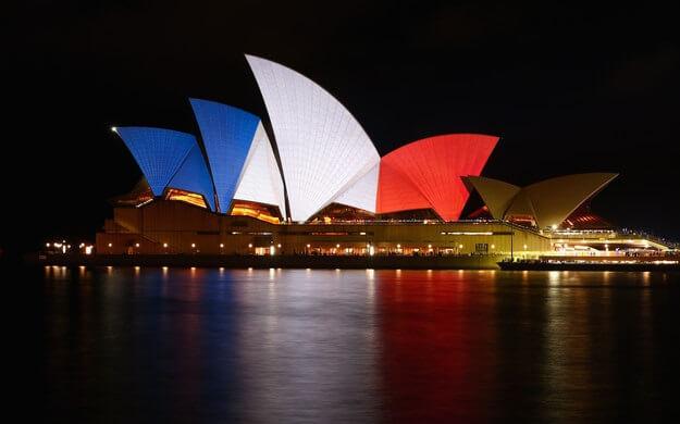 Pray for Paris 02 Pendant la nuit en Australie, l'Opéra de Sydney illuminé comme le drapeau français
