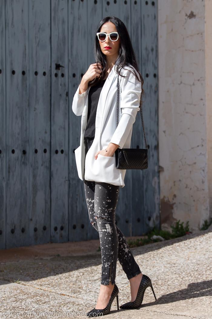 Look urbano chic con jeans rotos y manchados y zapatos con tachuelas de Saint Laurent
