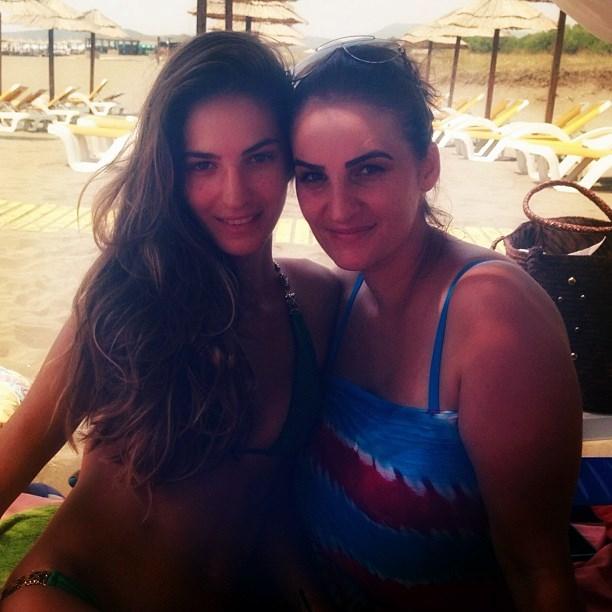 Emina Cunmulaj me motren Bukurie ne Ulqin