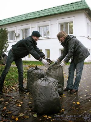Упаковка мокрых листьев на Черном озере