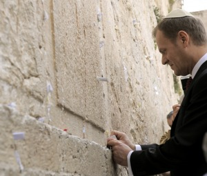 Tusk sklada hold Bogu BIblii pod Sciana Placzu w Jerozolimie